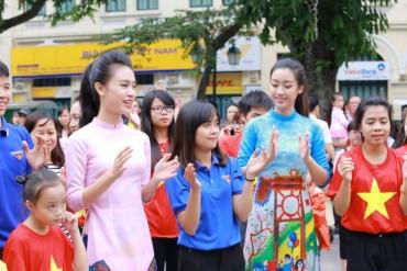 Dàn hoa hậu mặc áo dài nhảy flashmob ở Hồ Gươm