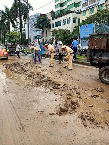 Xử lý nghiêm tình trạng rơi vãi bùn đất gây mất an toàn giao thông