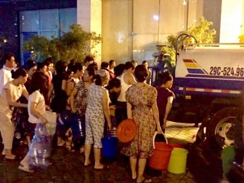 Hà Nội: Trắng đêm phục vụ nước sạch miễn phí cho người dân