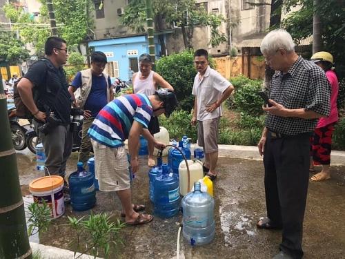 Người dân Hà Nội lỉnh kỉnh xô, chậu đi lấy nước sạch