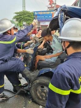Hà Nội: Cắt cabin ô tô giải cứu tài xế mắc kẹt sau tai nạn giao thông