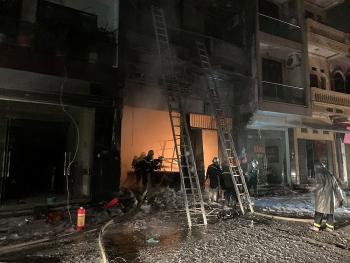 Hà Nội: Giải cứu 5 người bị mắc kẹt trong vụ cháy tại cửa hàng bán ga
