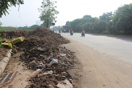 Cần sớm dẹp nạn đổ phế thải trên Đại lộ Thăng Long