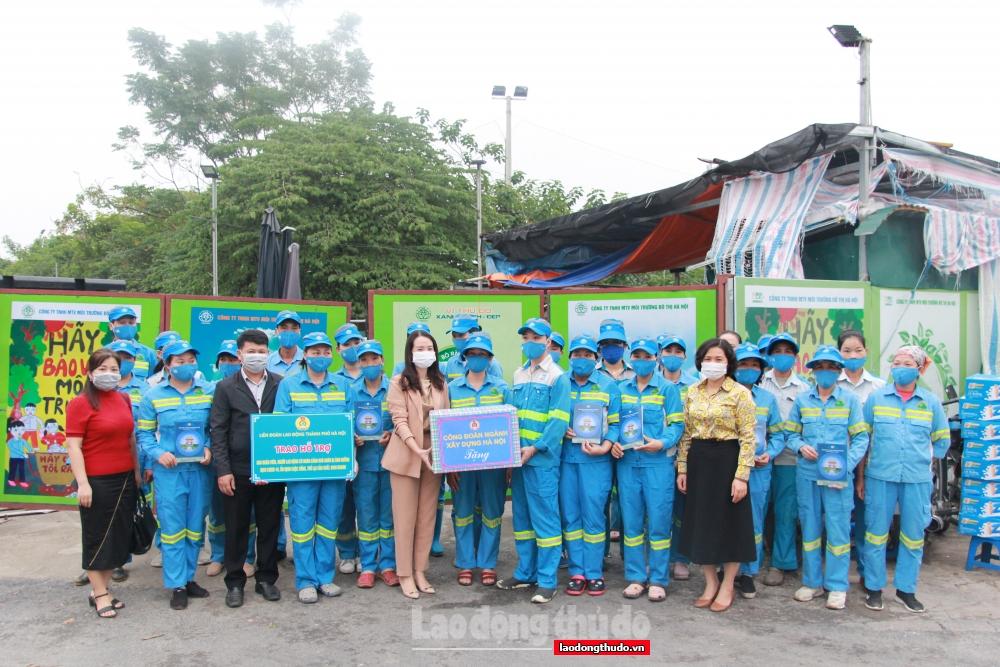 400 đoàn viên ngành Xây dựng Hà Nội nhận quà hỗ trợ Covid-19 của LĐLĐ thành phố Hà Nội