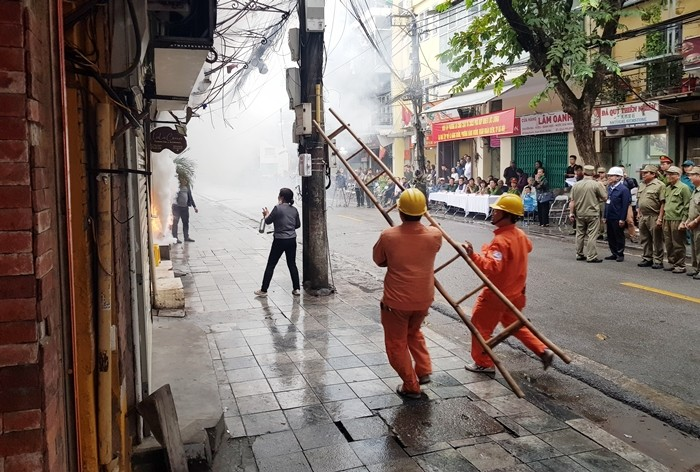 Ứng phó với tình huống cháy nhà tập thể trên phố Cổ