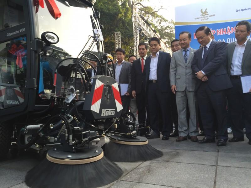 Hà Nội tiếp nhận thêm 12 xe quét, hút bụi hiện đại