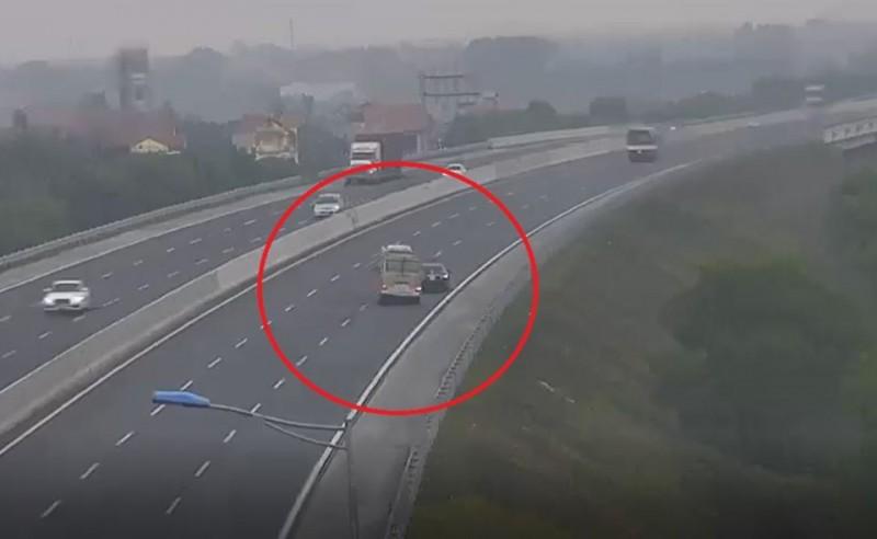 Lộ diện chiếc xe ô tô con đi lùi trên cao tốc Hà Nội - Hải Phòng
