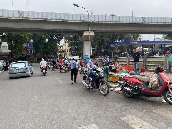 Đề nghị sớm dẹp bỏ chợ cóc trên cầu bắc qua sông Tô Lịch