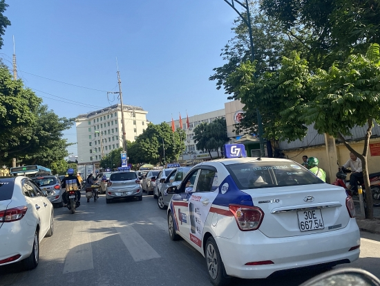Hà Nội: Tái diễn tình trạng xe taxi dừng, đỗ trước cổng Bệnh viện 108