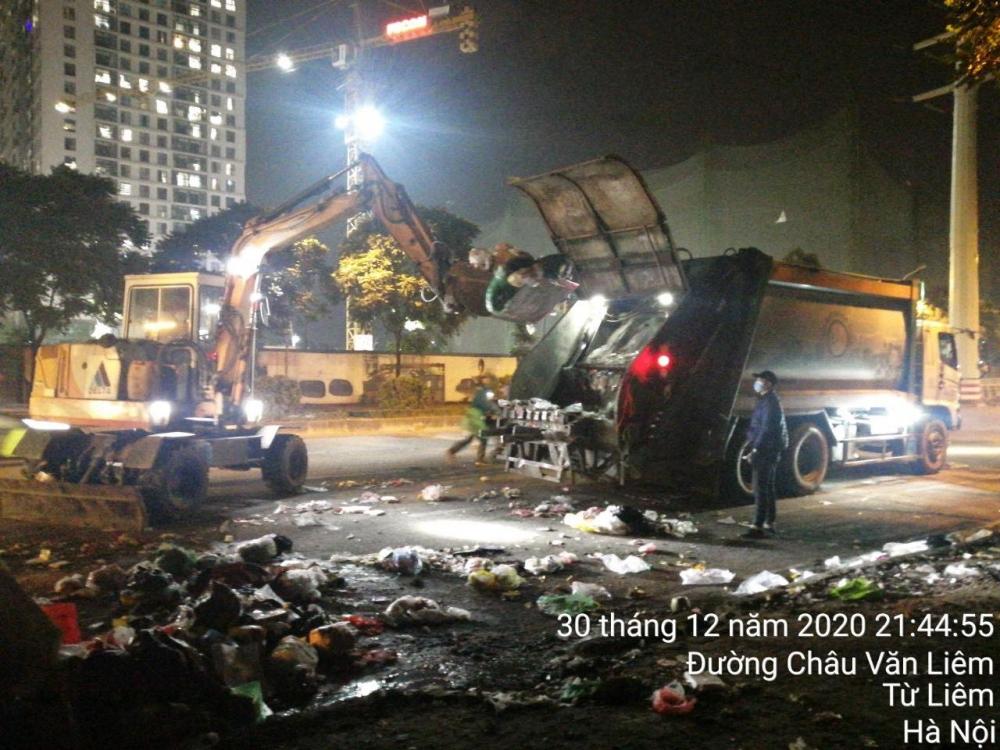 Hà Nội: Di chuyển rác thải tồn đọng trên địa bàn quận Nam Từ Liêm