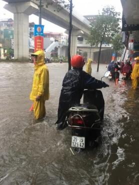 Đời sống người dân Thủ đô bị đảo lộn do mưa kéo dài