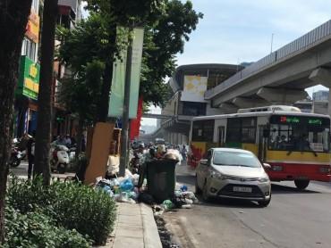 Xe thu gom rác gây cản trở giao thông và ô nhiễm môi trường