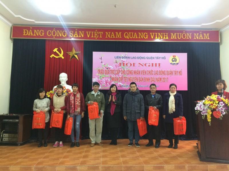 Trao quà trợ cấp cho 93 CNVCLĐ nhân dịp Tết
