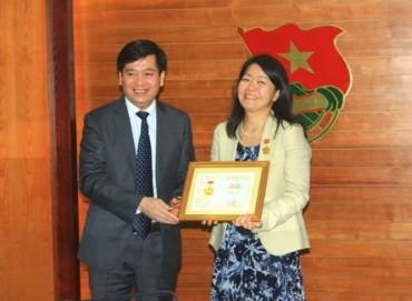 """Trao Kỷ niệm chương """"Vì thế hệ trẻ' cho Phó trưởng đại diện Quỹ Dân số Liên hợp quốc tại Việt Nam"""