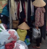 """Quầy áo từ thiện """"thiếu đến lấy, thừa cho đi"""" tại Hà Nam"""
