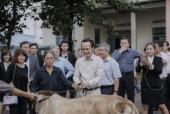 Tập đoàn FLC trao tặng bê giống và sổ tiết kiệm cho người dân Bình Định