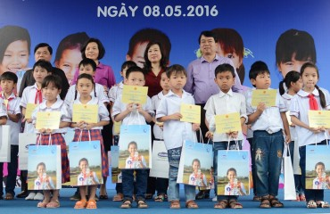 Quỹ sữa Vươn cao Việt Nam trao tặng sữa cho 800 trẻ em Ninh Bình