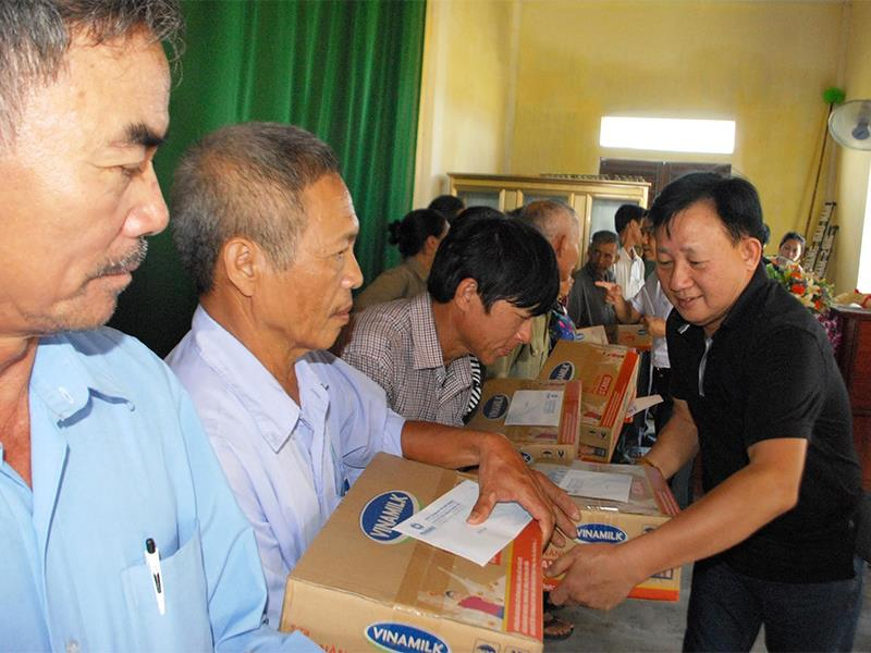 Vinamilk trao gần 2000 suất quà cho bà con vùng lũ Hà Tĩnh, Quảng Bình