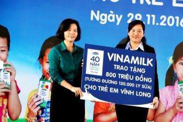 Quỹ sữa Vươn cao Việt Nam tiếp tục trao tặng gần 130.000 ly sữa cho trẻ em Vĩnh Long