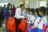 Quà tặng cho trẻ em nghèo dịp tết  Đinh Dậu