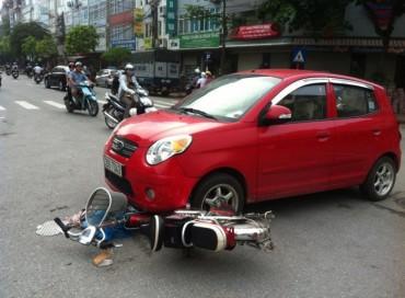 Đi xe đạp điện nghe điện thoại, nữ sinh bị xế hộp tông