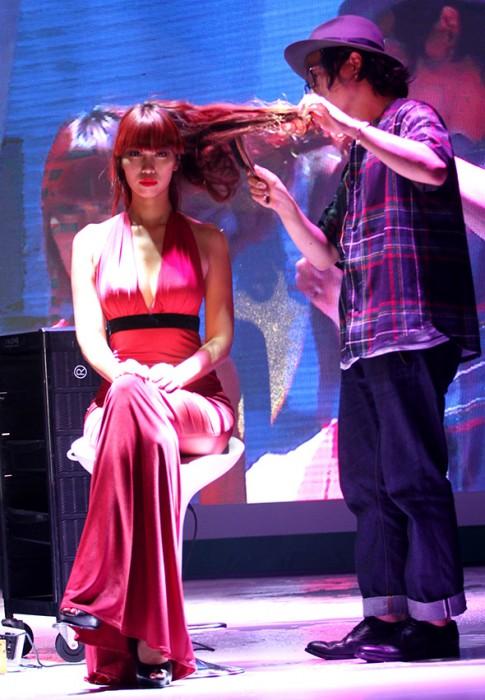 """Siêu mẫu Hà Anh làm """"chuột bạch"""" cho nhà tạo mẫu tóc Daisuke Sakaiya trổ tài"""