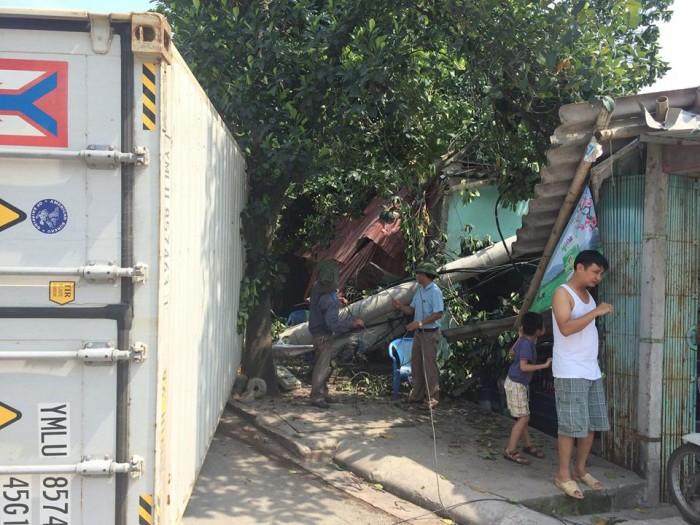 Container  mất lái húc đổ cột điện vào nhà dân