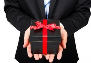 Nghiêm cấm biếu, tặng quà Tết cho lãnh đạo; cấp trên 'tranh thủ' cấp dưới