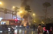 Hà Nội: Ô tô bốc cháy dữ dội trên đường giữa trời mưa