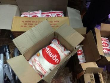 Hà Nội: Phát hiện cơ sở đóng gói, bán mì chính giả các thương hiệu lớn