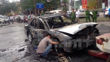 Hà Nội: Bố bế con gái thoát thân ra khỏi xe ôtô bốc cháy