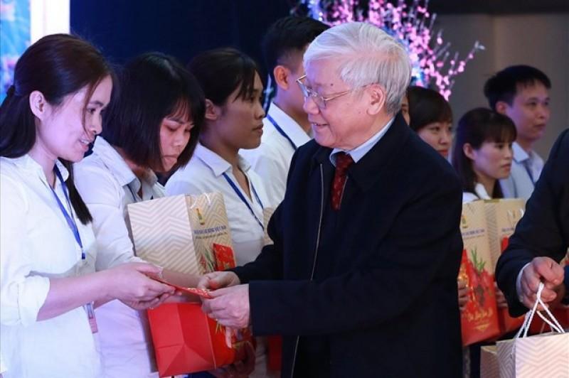 Tổng Bí thư Nguyễn Phú Trọng thăm và tặng quà công nhân lao động tỉnh Hưng Yên