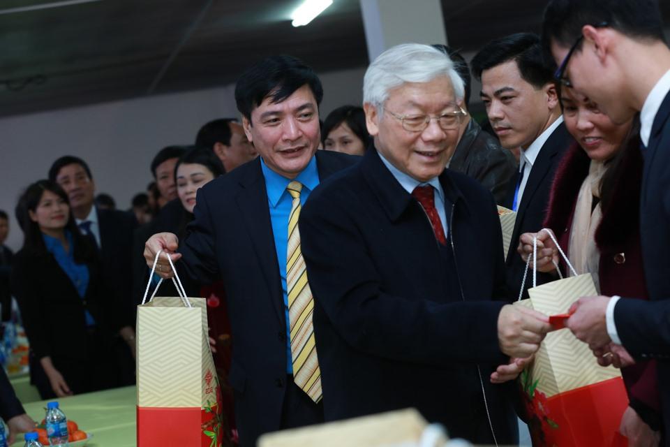 tong bi thu nguyen phu trong tham va tang qua cong nhan lao dong tinh hung yen