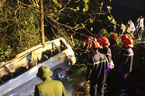 Xe khách chở 23 người lao xuống vực
