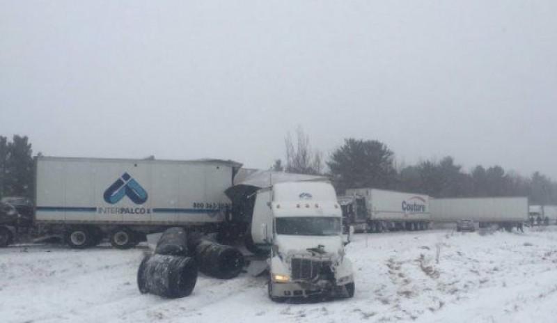 Xe chở axít gặp nạn trên cao tốc, 30 người thương vong