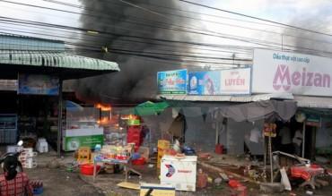 Bình gas phát nổ gây cháy chợ ở Hậu Giang, 3 người bị bỏng