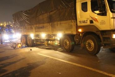Tông trúng cục bê tông, người đàn ông chết thảm dưới bánh xe tải