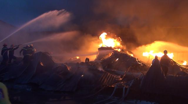 Xưởng keo nhựa 2.000 m2 cháy đen, đổ sập sau vụ cháy