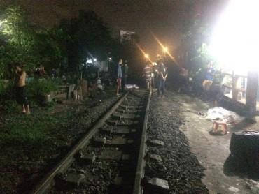 Ngồi trên đường ray, bị tàu hỏa tông chết tại chỗ