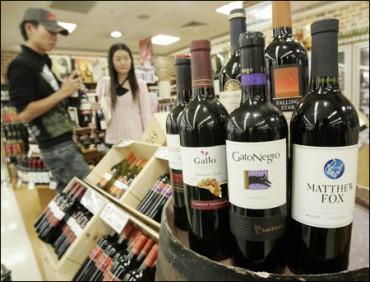 Thắt chặt việc thu thuế đối với hàng xách tay rượu