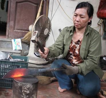 Người đàn bà hàng chục năm giữ lửa lò rèn