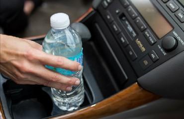 Những thứ sẽ gây nguy hiểm khi bị bỏ quên trên xe ngày nắng nóng