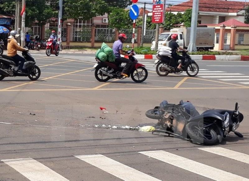 Xe khách đâm xe tải rồi va quệt xe máy làm 4 người thương vong