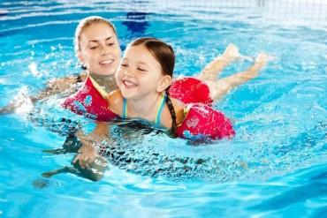 Trẻ học bơi sẽ nhận được những lợi ích tuyệt vời gì?