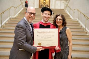 Thế giới 'xôn xao' khoảnh khắc ông chủ Facebook nhận bằng tốt nghiệp Harvard