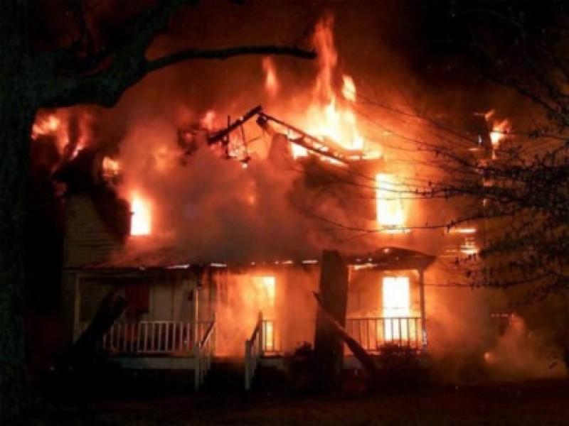 Kinh hoàng chồng đổ xăng đốt nhà, 3 người tử vong