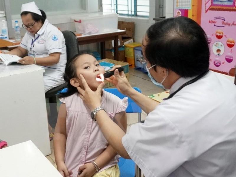 Côn trùng bay vào miệng trẻ - Mối nguy khi xử lý không đúng cách
