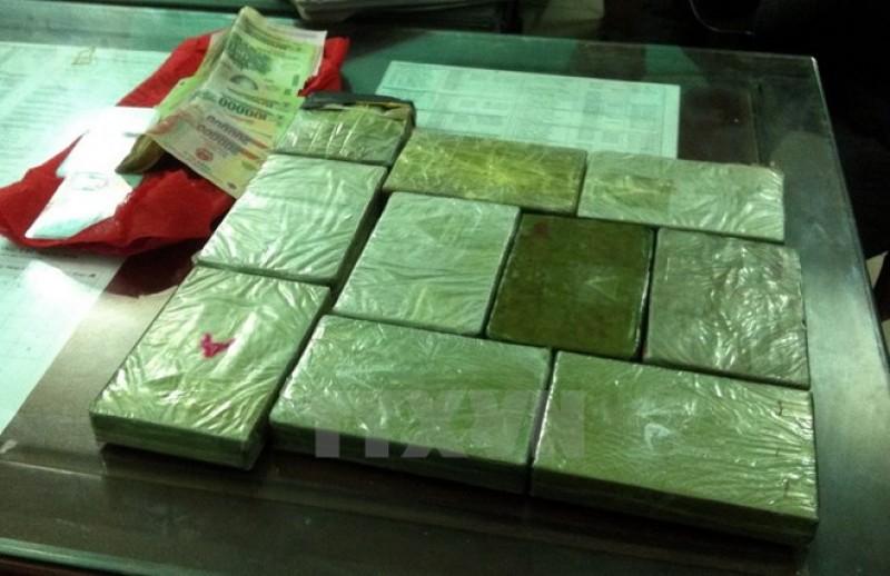 Bắt giữ 2 kẻ vận chuyển 10 bánh heroin, 6.000 viên ma túy tổng hợp