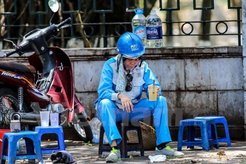 Miền Trung nắng nóng kéo dài hai ngày tới, Nam Bộ vẫn có mưa dông