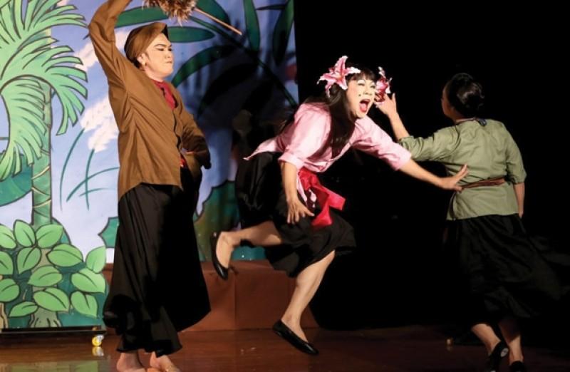 Sân khấu nỗ lực kéo khán giả